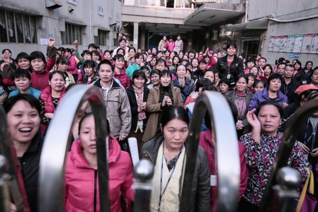 Arbejdere ved en strejkeforsamling på en tekstilfabrik, for at kæmpe for pensionsydelser i Shenzen, i Guangdong provinsen.