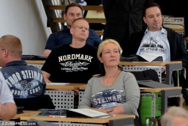 NPDs parlamentsgruppe i Sachsens delstatsparlament i forbudte trøjer fra mærket 'Thor Steinar'