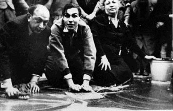 Wien, marts 1938: Jøder bliver tvunget til at rengøre fortorvet med små børster.