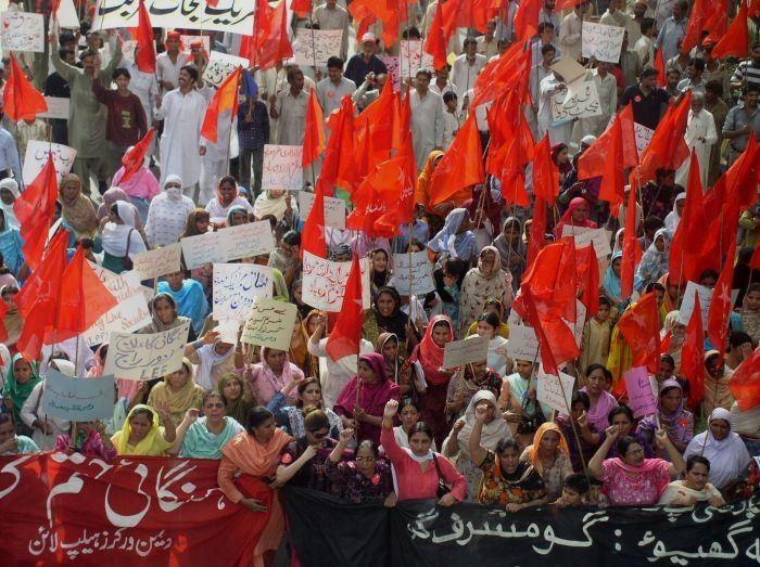 Arbejderkvinder demonstrerer i Lahore