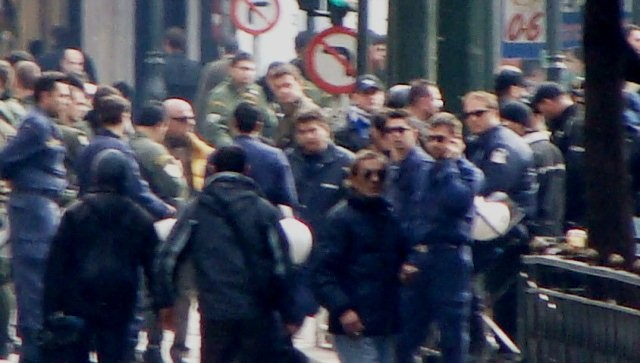 Politi og medlemmer af Chrysi Avgi i fælles front mod en venstreradikal demo i Thessaloniki (kilde: indymedia-athen)