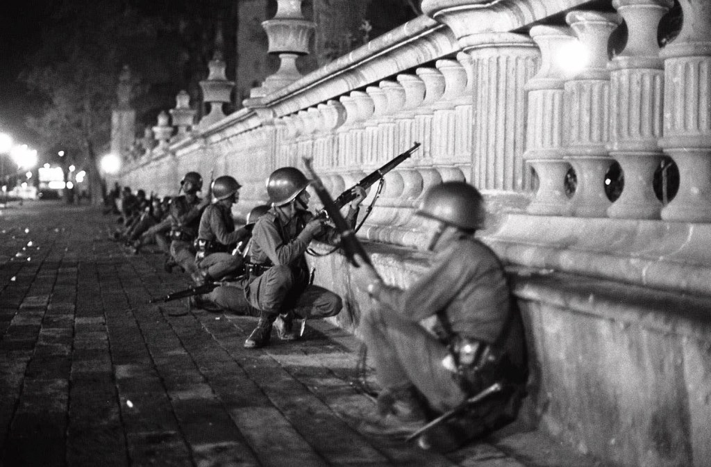Den mexicanske 68-bevægelsens demonstration imod olympiaden i Mexico City, d. 2. oktober 1968 bliver angrebet af  militæret. Over 300 demonstranter bliver dræbt.