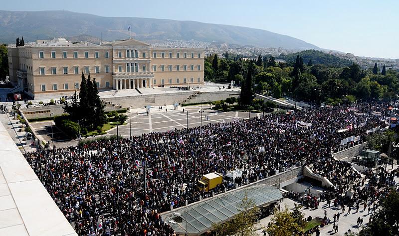 PAME slår ring omkring parlamentspladsen og lader ingen andre demonstranter igennem