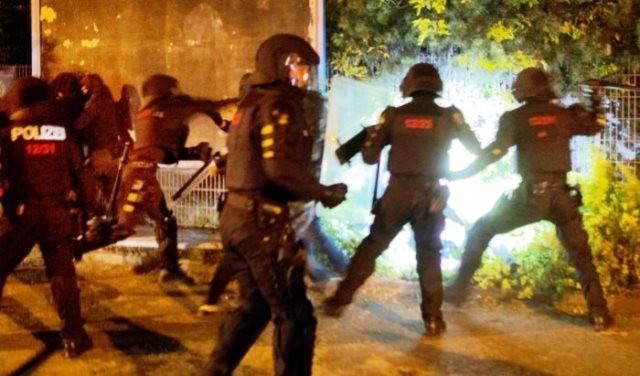 Politiet gik søndag aften brutalt til angreb på antifas der kom i slagsmål med racister.