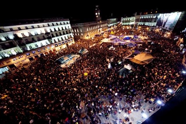 Omkring en million demonstranter samledes på Plaza de Cibeles og gik herfra til Puerta del Sol – pladsen, hvor bevægelsen 'Democracia Real' blev født i maj 2011