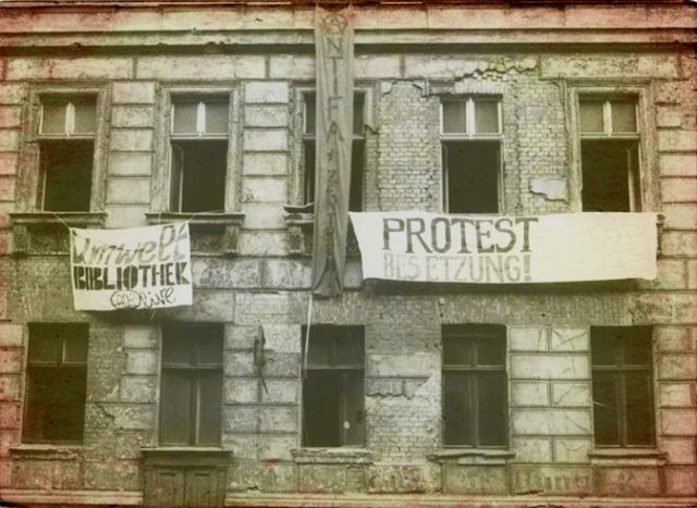 """I det bz'atte hus i Berlin, Lottumstraße 10a holdt det venstreradikale """"Umweltbibliothek"""" til."""