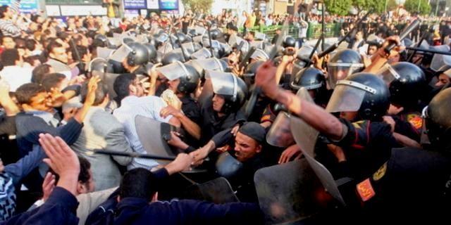 Demonstranterne forsvarer sig mod politiets angreb på Tahrir-pladsen
