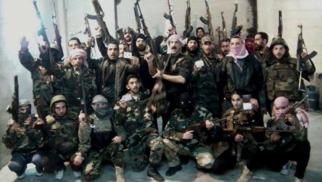 Medlemmer af den Frie Syriske Armé med  desertører fra Assads hær der viser deres soldater- legitimation frem