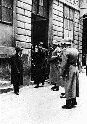Razzia mod den isralitiske kultusmenighed i Wien, d. 18. marts 1938. Ledende jødiske funktionærer og rabinere bliver anholdt.
