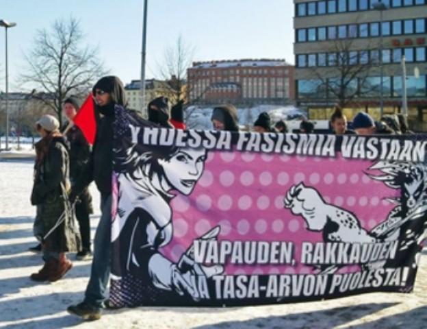 """Ifølge en opmærksom læsers oplysning, er demoen på billedet rettet mod organisationen 'Suomen Sisu', som er en ekstremistisk højrefløjsgruppe. Mange af dens medlemmer er også organiseret i """"De Sande Finner""""."""