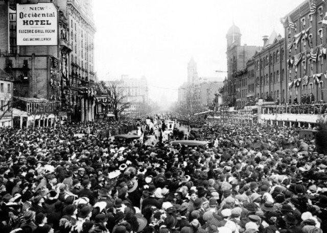 Pøblen blokerer for kvindemarchen den 3. marts 1913 i Washington, D.C.