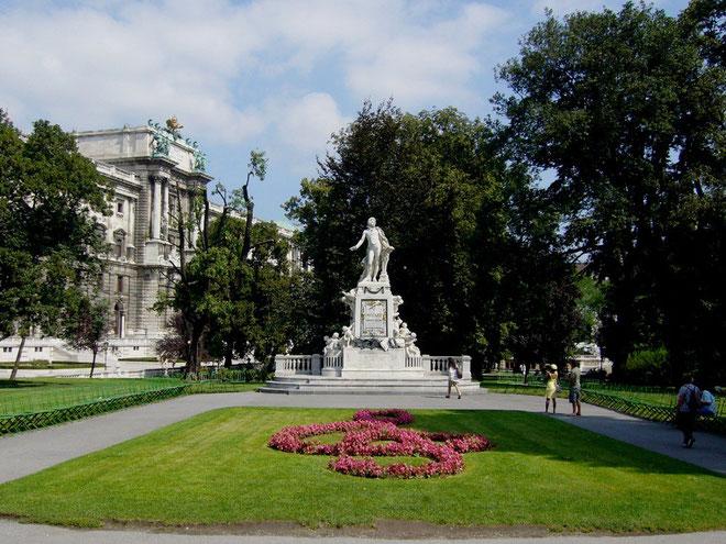 Wien idag: Mozart i  Volkspark ved Ringstrasse i byens centrum