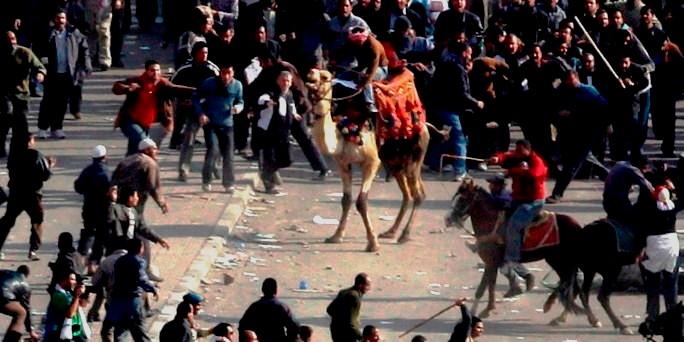 Mubaraktilhængere angriber demonstranterne i Cairos centrum