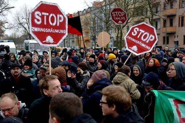 Større protester forhindrede det første  tvangsudsættelsesforsøg den 27. februar  2013