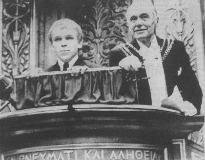"""1968-hero i dk: Finn Ejnar Madsen. Her skubber han rektoren Mogens Fogh til side og holder en anti-imperialistisk tale for de """"nye styderende"""" ved Københavns universitet. En slags prolog til 68-oprøret i DK."""