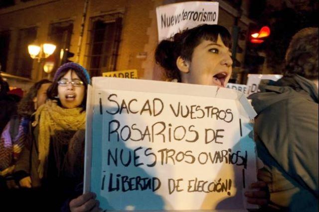 """"""" Rosenkransen ud af vores æggestokke! Frihed til at vælge"""" . Fra en demonstration i Madrid i protest mod regeringens planer om massive stramninger i abortlovgivningen. December 2013."""