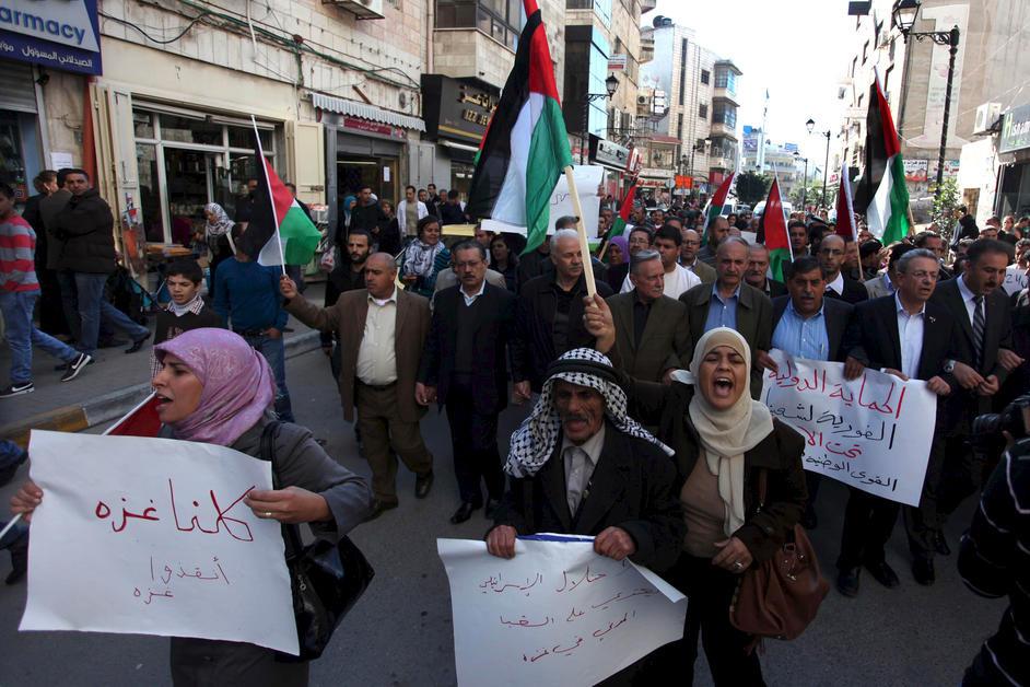 7. Palæstinensere i byen Ramallah på Vestbredden protesterer mod Israels militære angreb på Gaza, den 14. november 2012.
