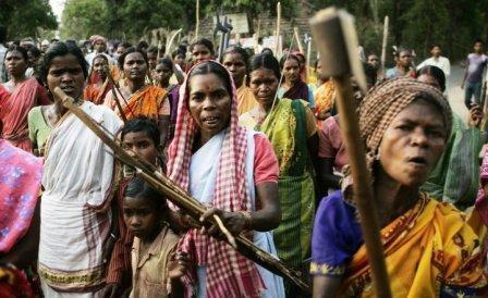 Adivasi kvinder protesterer foran den lokale politistation mod politiets brutale adfærd