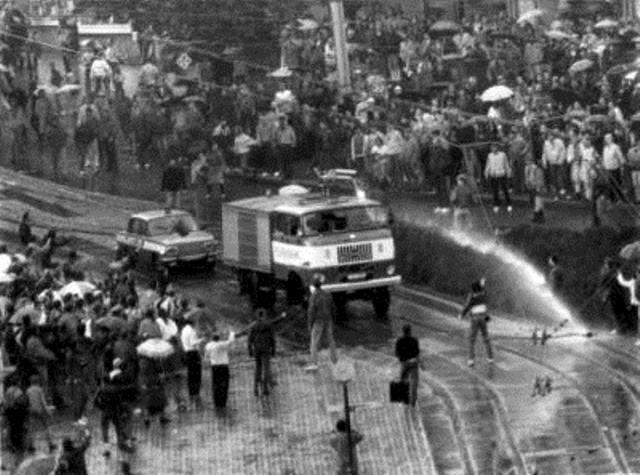 Politienheder anvender vandkanoner imod demonstranter, Plauen den  7. Oktober 1989