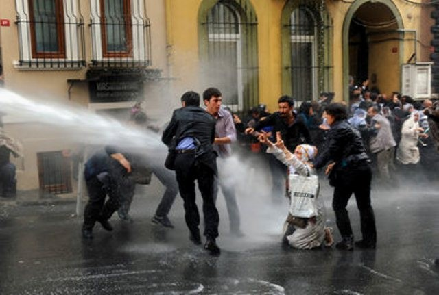 Istanbul, d. 4. november 2012: Politiet angriber fangesolidaritetsdemonstration med tåregas og vandkanoner