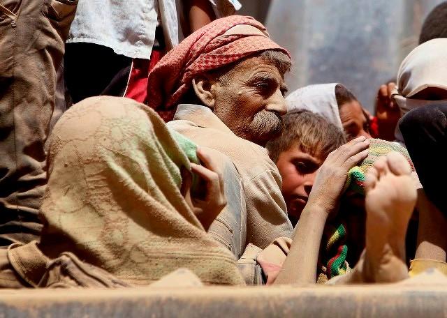 Kurdiske yazider på vej  til den syriske grænse den 10. august 2014