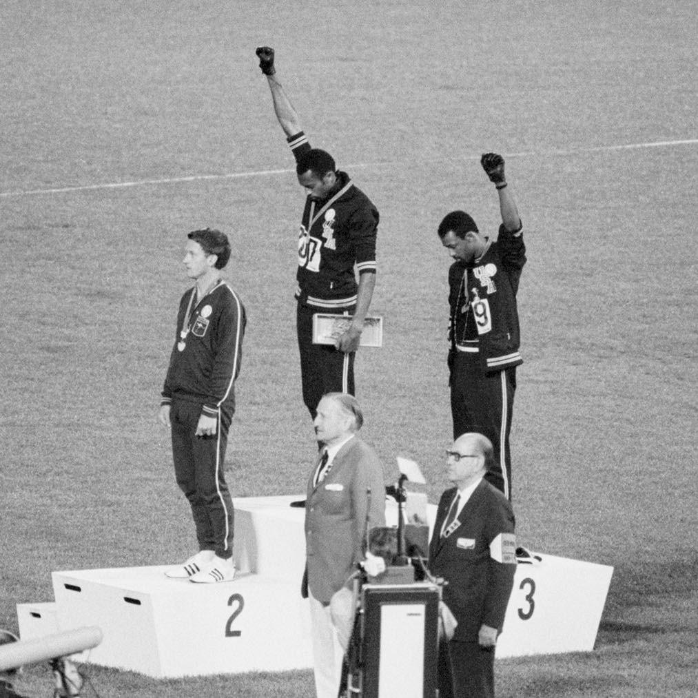 Black Power-hilsen: Da USA`s nationalmelodi begynder at spille under De Olympiske Lege i Mexico, oktober 1968, løfter Tommi Smith og John Carlos hver en knyttet hånd beklædt med en sort handske