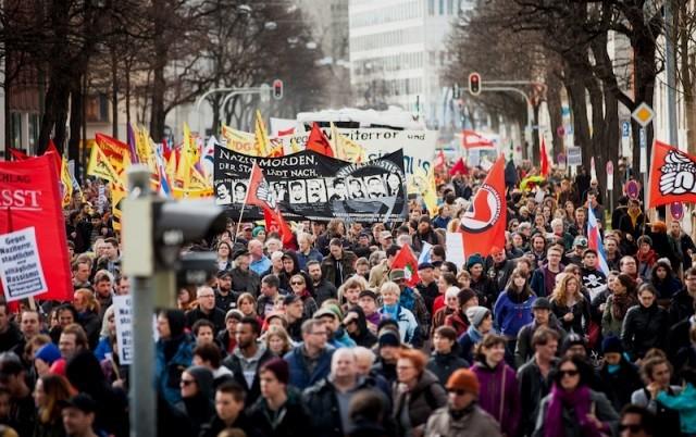 Berlin: Antifascistisk demo med banner mod NSU og de statslige myndigheders rolle i hændelserne