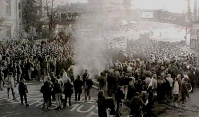 Göttingen, d. 17.november 1989: Demonstranter tænder et stort bål på ulykkesstedet og blokerer vejen i tre dage.