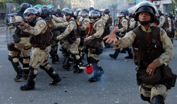 Brasiliansk militærpoliti i aktion mod demonstranterne