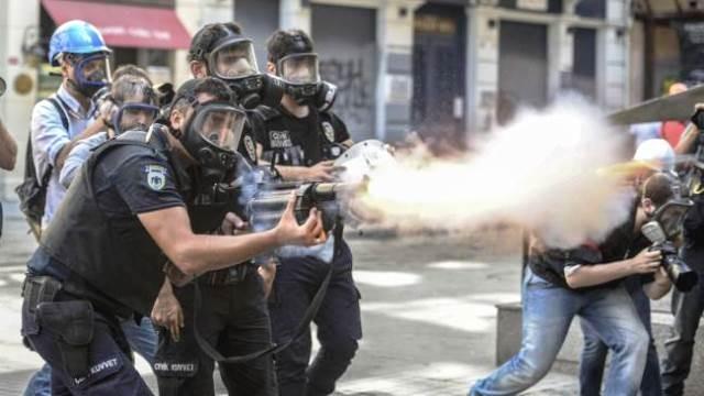Politistyrker angriber en demonstration i istanbul