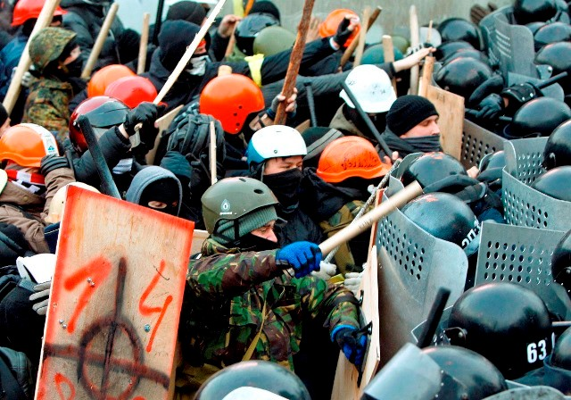 Fascister fra den internationale nazistruktur Blood&Honours i kamp med paramilitær politi på Maidan-pladsen i Kiev