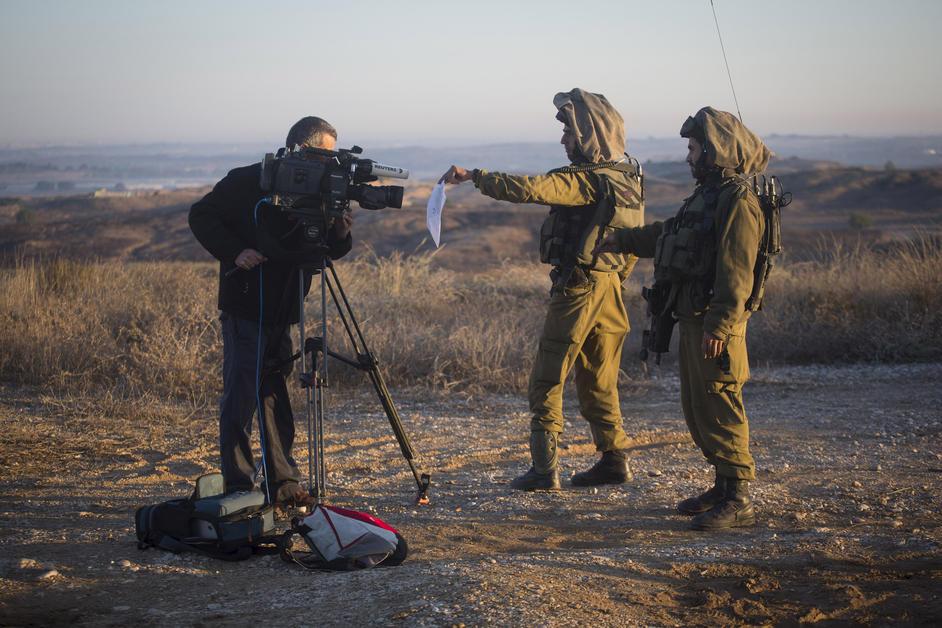 Israelske soldater fremviser en militær ordre til en kameramand i det sydlige Israel for at forhindre ham i at filme i Gaza, 15. november 2012
