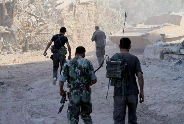 Fightere fra den Frie Syriske Hær i Damaskus. De anklager Assads militær for at indsætte giftgas mod civile bykvarterer