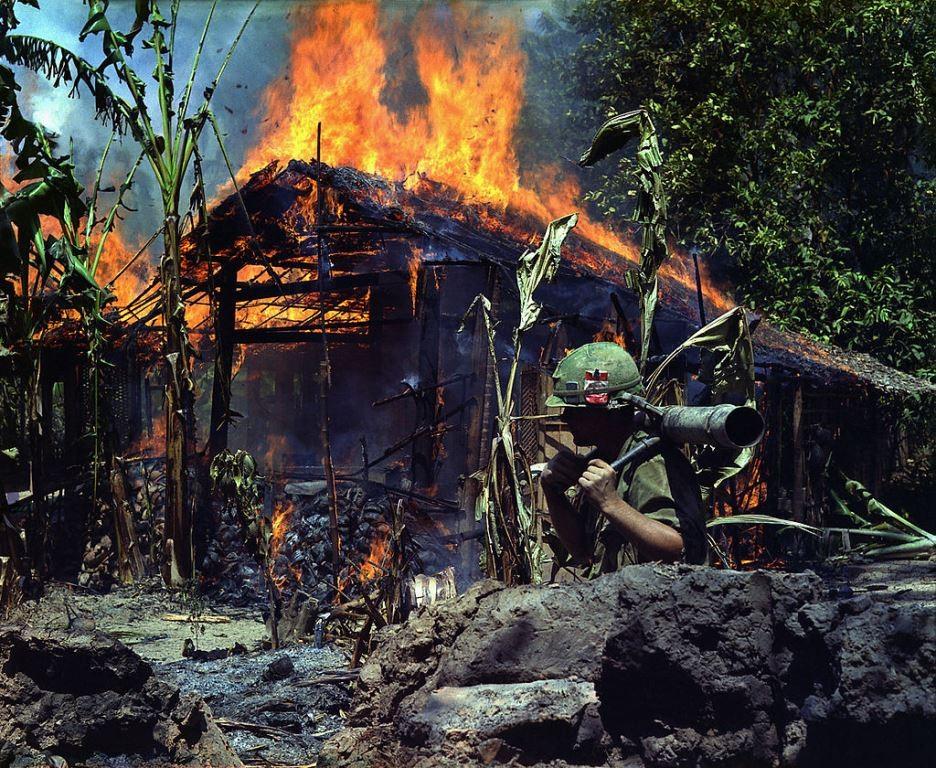 Nedbrændte huse i vietnamesisk landsby