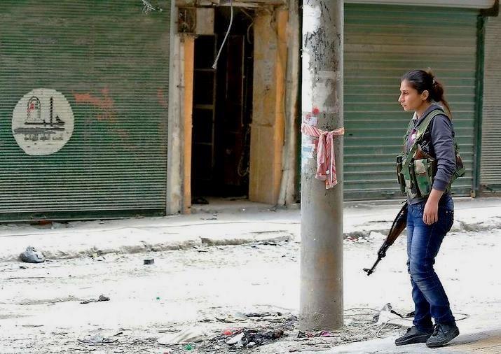 En syrisk freedomsfighter, som forsvarer oprørernes position i byen Aleppos gader
