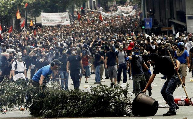 Den militante venstrefløj i kamp med politistyrker i Athen