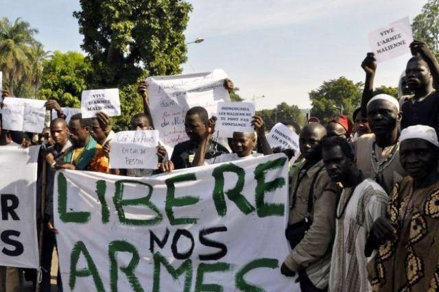 Protester mod den franske militærintervention i Malis hovedstad Ouagadougou