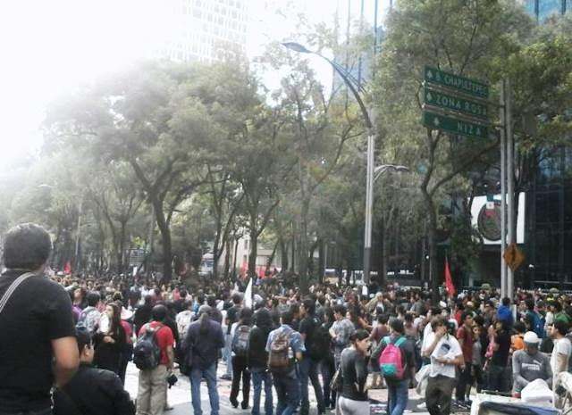 Studerende fra  bl.a. lærerhøjskolen Ayotzinapa demonstrerer imod lokalregeringens samarbejde med mafiaen