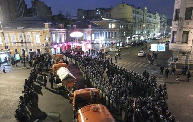 Ifølge presseagenturet ITAR TASS er 12000 politifolk i kampuniform dagen efter valget på gaden i Moskva