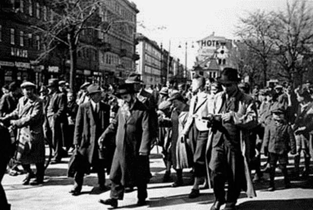 Wien, marts 1938: Større grupper af jøder bliver drevet gennem den indre by, hånet og ydmyget af tilskuerskarer.