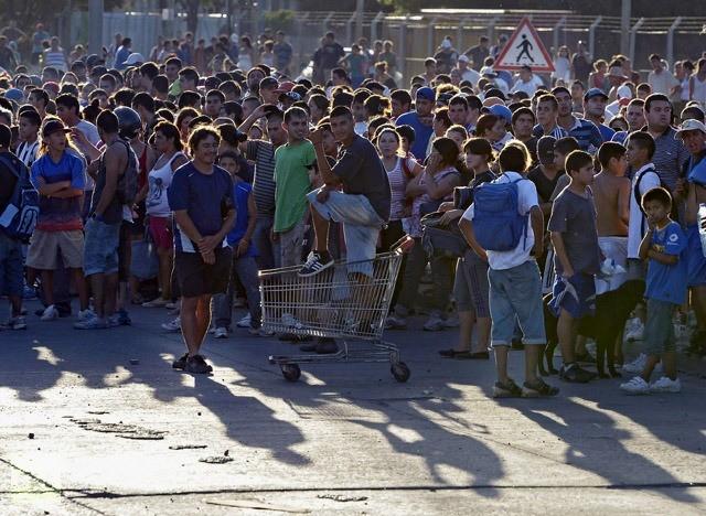 Folk samler sig foran et supermarked i byen Rosario umiddelbart før tag-selv-aktionen