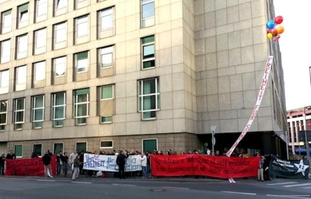 Solidaritetsmanifestation foran retsbygningen i Frankfurt/a.M.