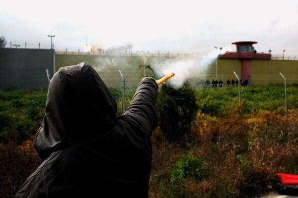 Fangesolidaritetsdemo foran Alikarnassos-fængslet ved Piraeus