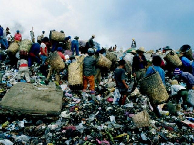Kløften mellem fattige og rige er stor. Slumbeboere i Manila