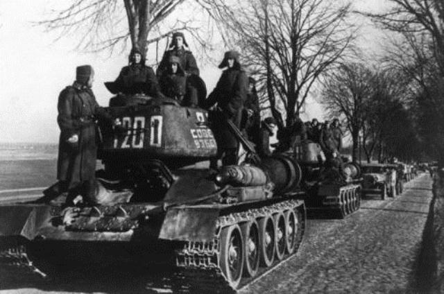 Sovjetiske tank-enheder på vej til Berlin, april 1945