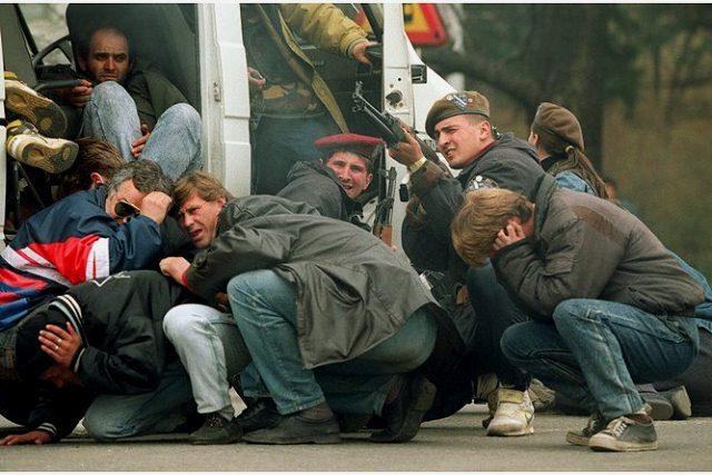 April 1992: En bosnisk soldat åbner ild, da fredsdemonstranter i Sarajevo bliver beskudt af serbiske skarpskytter