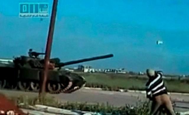 Mand kaster sten mod kampvogn