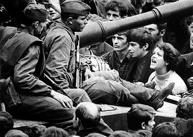 "Prag 1968: Sovjetiske tanks knuser ""det socialistiske forår"" i Tjekkoslovakiet"