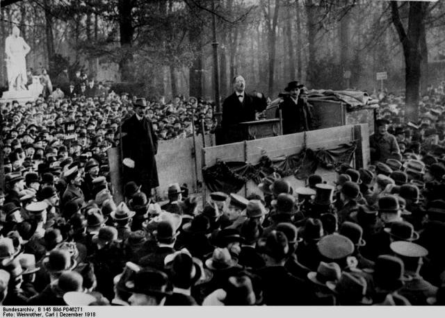 Karl Liebknecht holder tale ved en demonstration i Tiergarten, Berlin december 1918