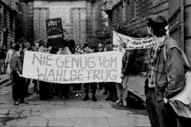 """Frontbanner: """"De få aldrig nok af valgfusk"""" - demo i 1988"""
